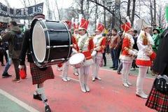 Celebração do dia do ` s de St Patrick em Moscou Faixa dos bateristas das mulheres Imagem de Stock Royalty Free
