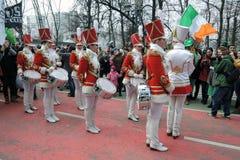 Celebração do dia do ` s de St Patrick em Moscou Faixa dos bateristas das mulheres Foto de Stock