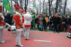 Celebração do dia do ` s de St Patrick em Moscou Faixa dos bateristas das mulheres Fotografia de Stock