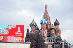 Celebração do primeiro de maio em Moscou Quadrado vermelho e catedral das manjericões de Saint Fotos de Stock