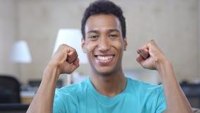 Celebração do sucesso pelo homem afro-americano afortunado no escritório, retrato imagens de stock