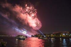 Celebração do 70th aniversário de Victory Day (WWII) Moscou, Rússia Fogos-de-artifício na terraplenagem do rio de Moskva Imagens de Stock