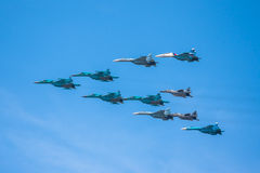 Celebração do 68th aniversário de Victory Day (WWII). Voo dos aviões sobre a cidade Foto de Stock Royalty Free