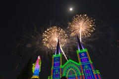 Celebração dos fogos-de-artifício com Feliz Natal Fotos de Stock Royalty Free
