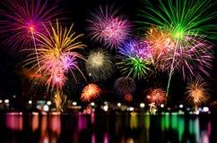A celebração dos fogos-de-artifício e a noite da cidade iluminam o fundo Foto de Stock Royalty Free