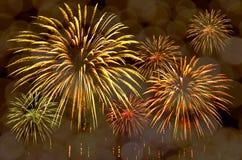 A celebração dos fogos-de-artifício e a noite da cidade iluminam o fundo Imagens de Stock Royalty Free