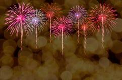 A celebração dos fogos-de-artifício e a noite da cidade iluminam o fundo Imagens de Stock