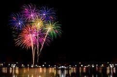 A celebração dos fogos-de-artifício e a noite da cidade iluminam o fundo Fotografia de Stock Royalty Free