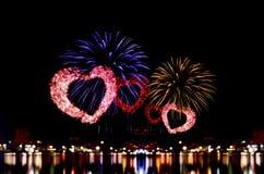 A celebração dos fogos-de-artifício e a noite da cidade iluminam o fundo Fotografia de Stock