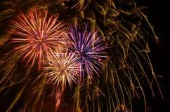Celebração dos fogos-de-artifício e o céu da meia-noite Imagem de Stock Royalty Free