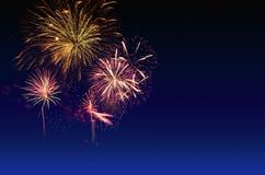 Celebração dos fogos-de-artifício e o fundo crepuscular do céu Fotos de Stock Royalty Free
