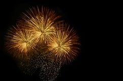 Celebração dos fogos-de-artifício e o fundo da meia-noite do céu Foto de Stock Royalty Free