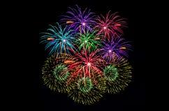 Celebração dos fogos-de-artifício e o fundo da meia-noite do céu Fotos de Stock Royalty Free