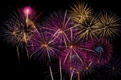 Celebração dos fogos-de-artifício na noite no espaço do ano novo e da cópia - Abs Fotos de Stock