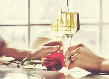 A celebração dos pares bebe Champagne Love Concept foto de stock royalty free