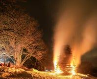 Celebração dos povos em torno do evento tradicional enorme grande do fogo foto de stock