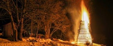 Celebração dos povos em torno do evento tradicional enorme grande do fogo fotos de stock