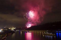 Celebração dourada e roxa brilhante surpreendente do fogo de artifício do ano novo 2015 em Praga com a cidade histórica no fundo Imagem de Stock Royalty Free