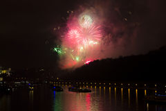 Celebração dourada e roxa brilhante surpreendente do fogo de artifício do ano novo 2015 em Praga com a cidade histórica no fundo Fotos de Stock Royalty Free