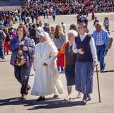 Celebração Fatima Portugal de Believers Pilgrims May 13 da freira imagens de stock