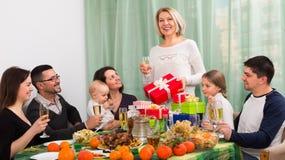 Celebração feliz grande da casa familiar fotos de stock royalty free