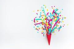 Celebração, ideias dos conceitos dos fundos do partido com confetes coloridos, flâmulas imagens de stock