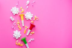 Celebração, ideias dos conceitos dos fundos do partido com confetes coloridos, flâmulas no branco Projeto liso da configuração Co fotografia de stock royalty free