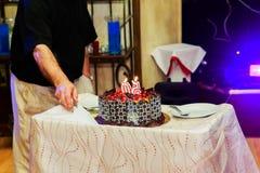 Celebração o aniversário de 50 anos de bolo do restaurante Imagens de Stock Royalty Free