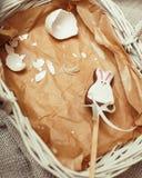 Celebração para o cartão de easter, coelho do brinquedo dos doces com Imagem de Stock