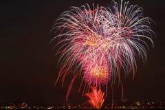 Celebrações dos fogos-de-artifício para a véspera de anos novos Fotos de Stock