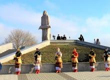 Celebrações perto do memorial às vítimas de Holodomor em Dnipropetrovsk Imagem de Stock