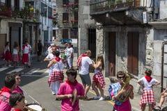 Celebrações tradicionais do festival na rua, Lesaka, Navarra, Espanha do norte imagens de stock