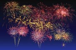 Celebra??o colorida dos fogos-de-artif?cio e o fundo crepuscular do c?u foto de stock
