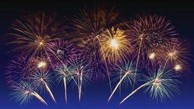 Celebra??o colorida dos fogos-de-artif?cio e o fundo crepuscular do c?u fotos de stock