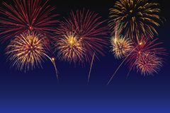 Celebra??o colorida dos fogos-de-artif?cio e o fundo crepuscular do c?u fotos de stock royalty free