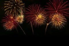 Celebra??o colorida dos fogos-de-artif?cio e o fundo da meia-noite do c?u imagens de stock