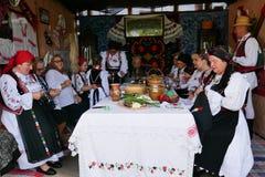 Celebra??o popular tradicional com alimento, dan?a, pontos populares no condado de Campia do condado de Salaj, Rom?nia o 29 de ma foto de stock