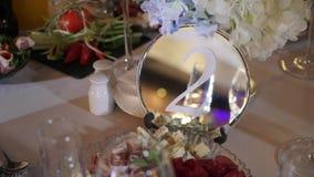 Celebración adornada de la tabla en la fiesta - de la boda o del otro acontecimiento almacen de video