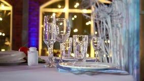 Celebración adornada de la tabla en la fiesta - de la boda o del otro acontecimiento metrajes