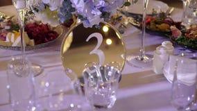 Celebración adornada de la tabla en la fiesta - de la boda o del otro acontecimiento almacen de metraje de vídeo