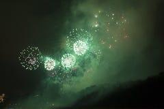 Celebración asombrosa del fuego artificial del Año Nuevo 2015 en Praga sobre la escultura del metrónomo Imagenes de archivo