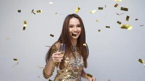 celebración Baile feliz de la mujer con confeti en blanco almacen de metraje de vídeo