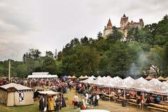 Celebración cerca del castillo del salvado (castillo de Drácula) rumania Fotos de archivo