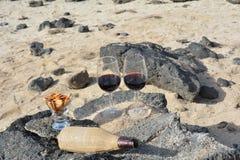 Celebración con dos vidrios de vino rojo en Niza la playa tropical Imagen de archivo