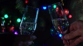 Celebración con dos vidrios del champán que tintinean Cámara lenta Cierre para arriba almacen de video