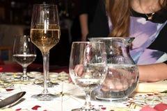 Celebración con el vidrio de la tostada de vino Fotos de archivo