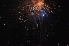 Celebración con los fuegos artificiales en la noche imagen de archivo