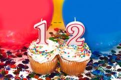 Celebración con los globos, el confeti, y la magdalena Fotografía de archivo libre de regalías