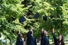 Celebración ConceptGradu del éxito de la graduación de los estudiantes de la diversidad fotos de archivo libres de regalías