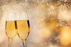 Celebración de Año Nuevo con champán y fuegos artificiales Imagen de archivo libre de regalías